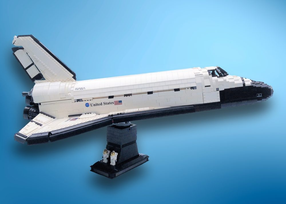Space Shuttle Atlantis met standaard